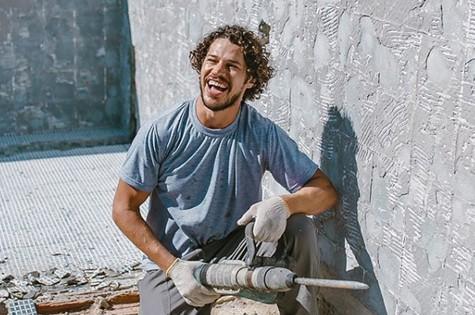 José Loreto durante obra em sua casa (Foto: Reprodução)