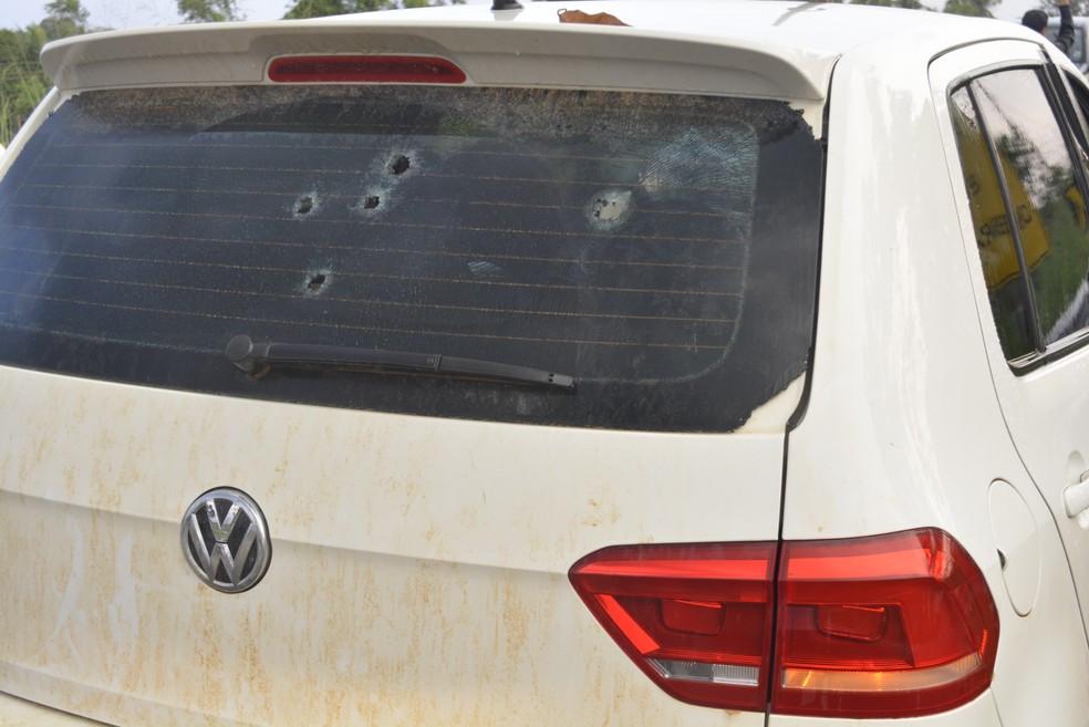 Carro ficou perfurado com tiros (Foto: Diêgo Holanda/G1)