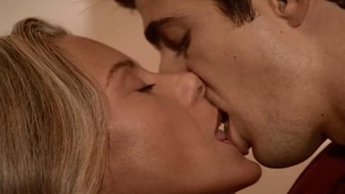 Beijo de Helena (Vera Fischer) e Edu (Reynaldo Gianecchini) em 'Laços de família' (Foto: Reprodução)