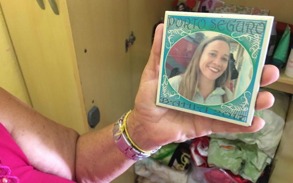 Dona Joanice mostra foto de Tatiane — Foto: Itana Silva/G1