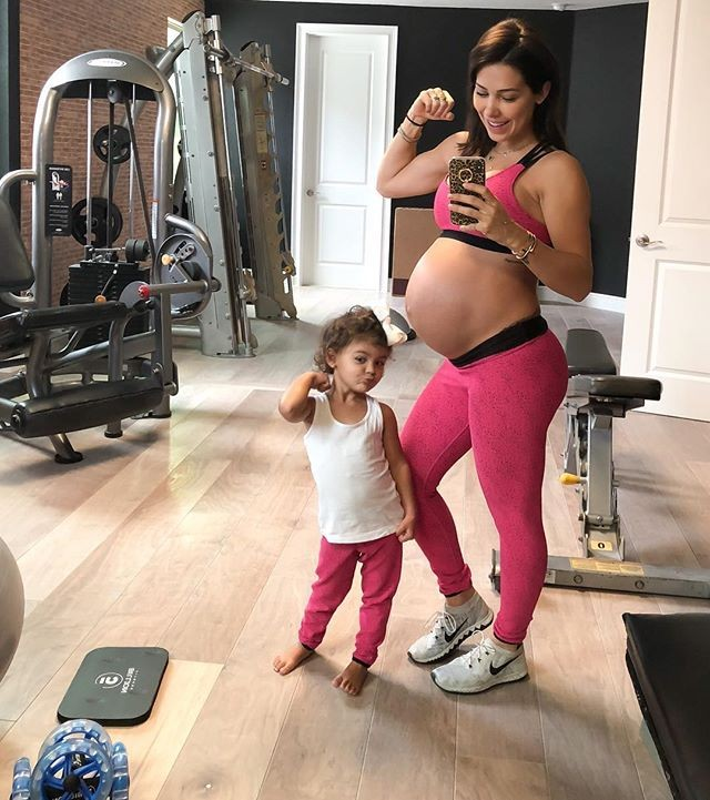Bella Falconi posa grávida com a filha pequena em academia (Foto: Reprodução/Instagram)