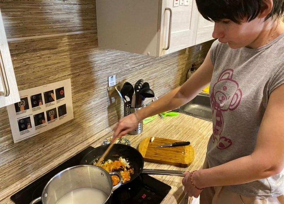 Nina teve a chance de cozinhar para si mesma pela primeira vez — Foto: Arina Muratova/BBC