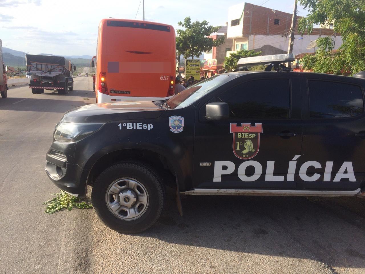Bandido é morto a tiros durante assalto a ônibus na BR-104, em Caruaru