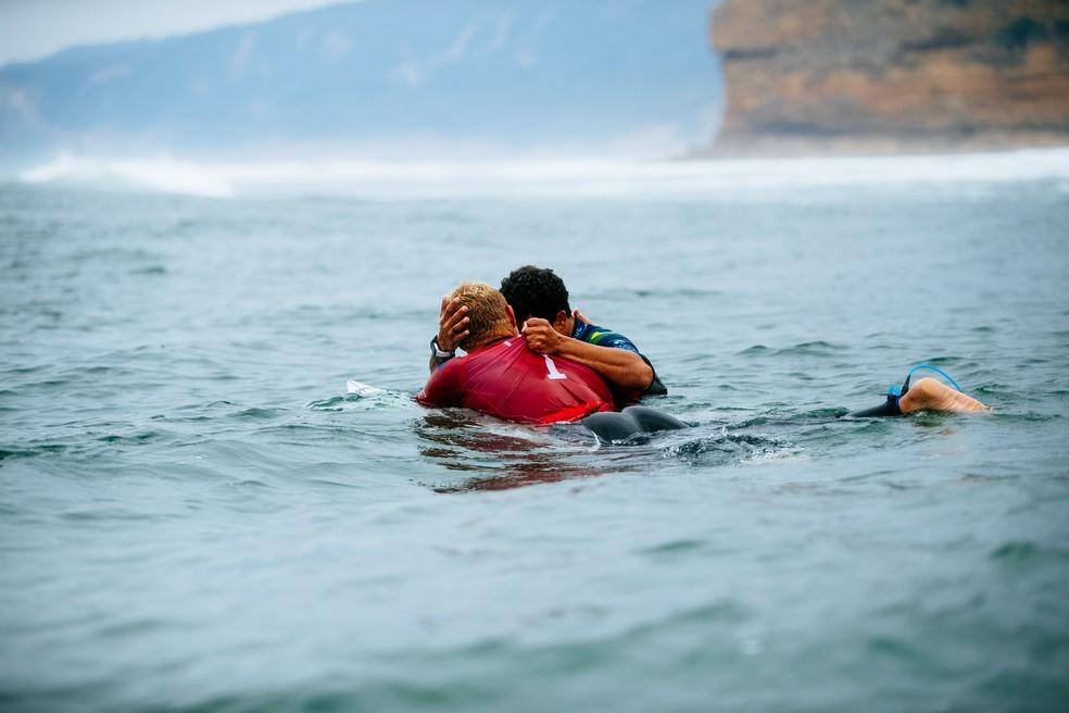 Italo Ferreira e Mick Fanning logo após a final em Bells Beach (Foto: Ed Sloane/WSL)