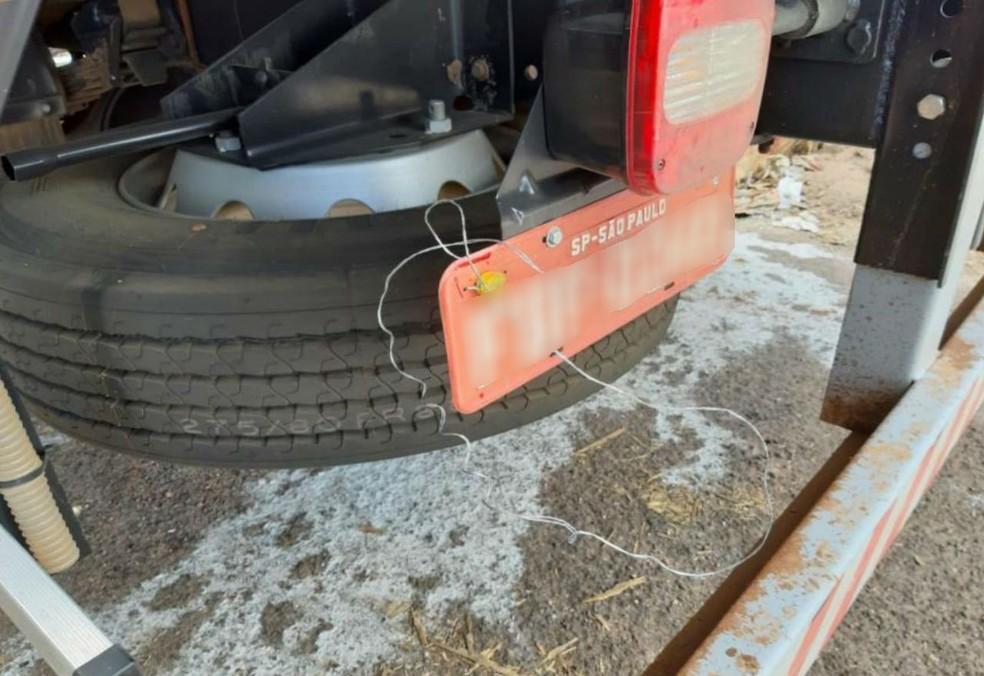 Placa em caminhão apreendido em Manduri (SP) estava com placa de outro veículo — Foto: Polícia Civil/Divulgação