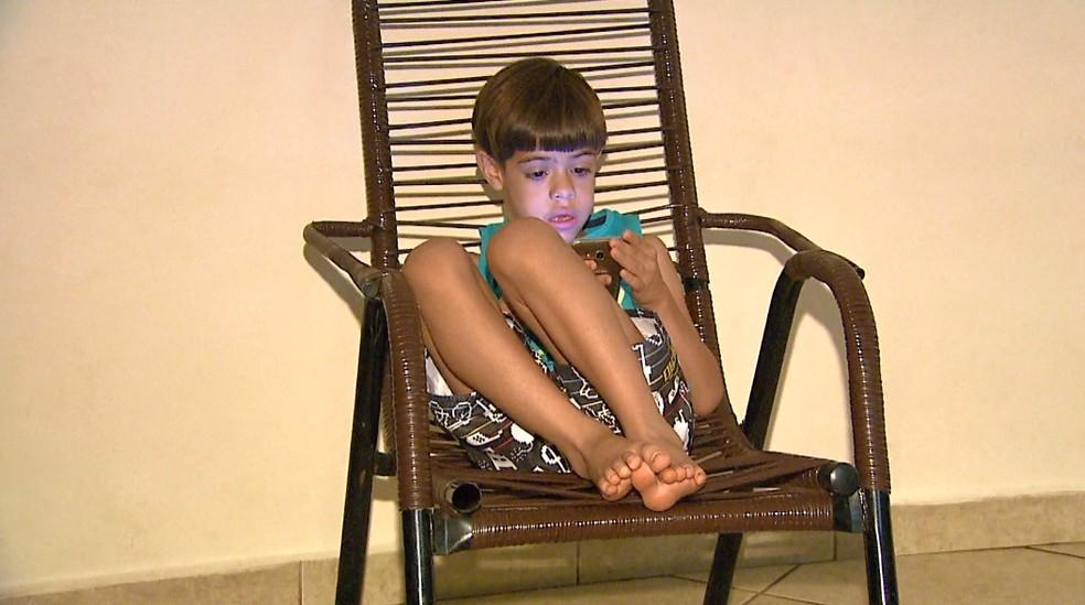 Enzo Ferreira, de 6 anos, precisa de vaga no ensino fundamental em Ribeirão Preto (Foto: Antônio Luiz/EPTV)