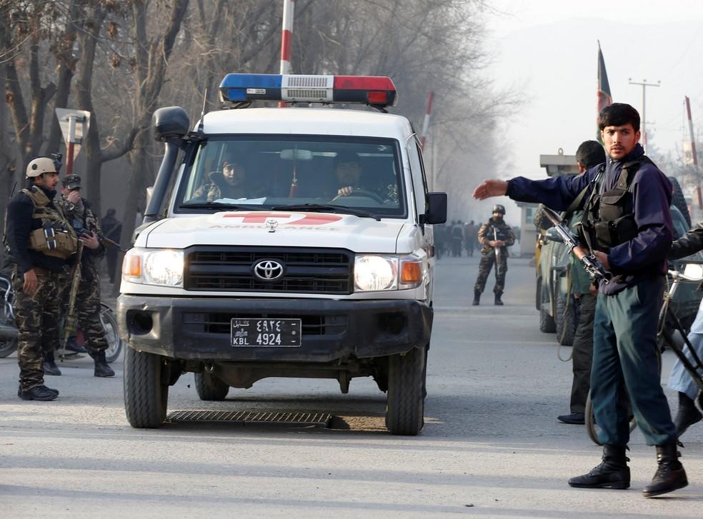 Forças de segurança do Afeganistão fecham acesso a agência de inteligência em Cabul após atentado nesta segunda-feira (25) (Foto: REUTERS/Omar Sobhani)