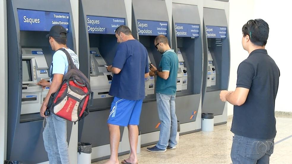 Prazo para sacar abono salarial termina no dia 29 desse mês (Foto: Reprodução/TV Anhanguera)