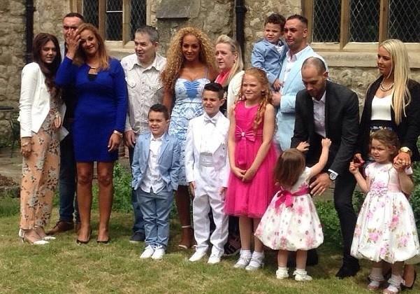 Tracey (de azul) e a família (Foto: Reprodução Facebook)
