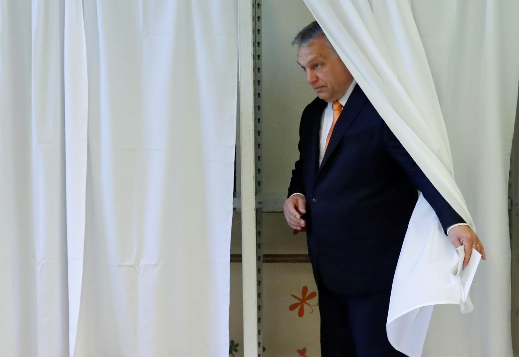 Parlamento húngaro concede poderes especiais a Orbán em meio a crise do coronavírus