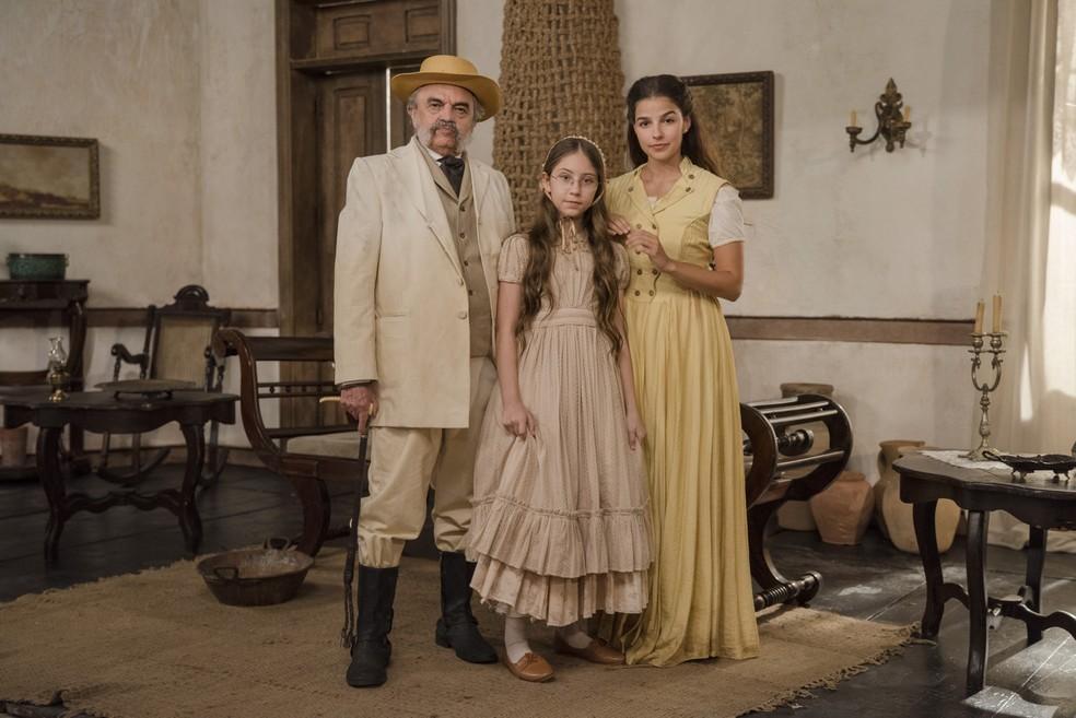 Pilar ( Gabriela Medvedovski ), Eudoro ( Josá Dumont ) e Dolores ( Julia Freitas ) em 'Nos Tempos do Imperador' — Foto: Globo/Camilla Maia
