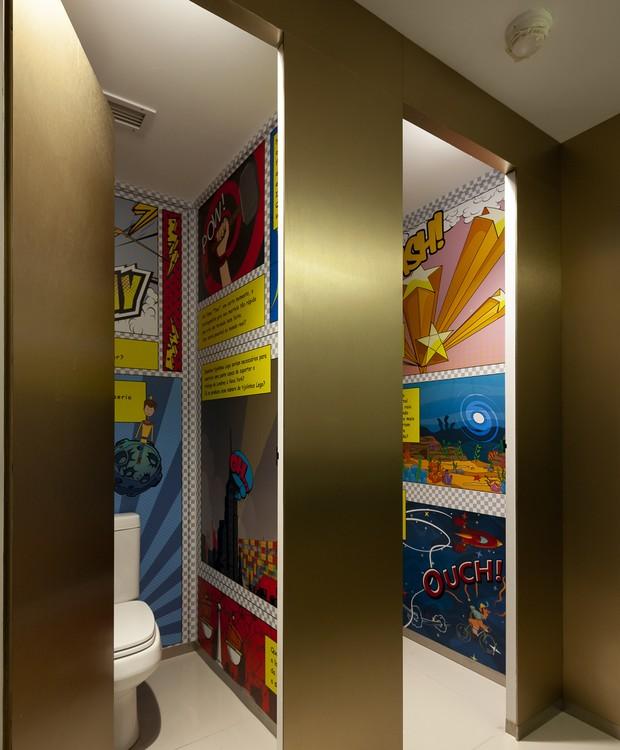 Quadrinhos sobre educação financeira, produzidos pela própria equipe da Serasa Experience, colorem o banheiro (Foto: Ricardo Bassetti/Divulgação)