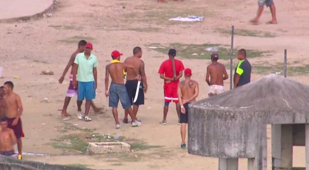 Presos seguram facões em pátio de presídio em Pernambuco (Foto: Acervo/TV Globo)