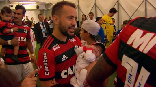 Presente retribuído: líder em assistências no Flamengo, Éverton Ribeiro ganha homenagem de fã no dia dos pais