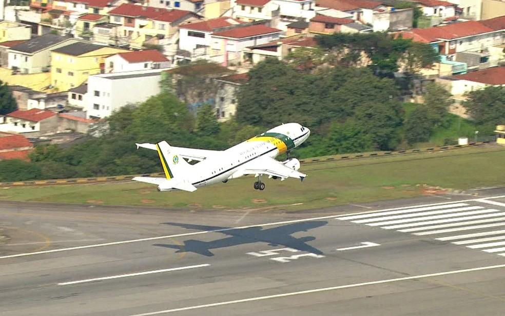 Avião presidencial decola em São Paulo para Brasília na tarde desta segunda-feira (16) — Foto: Reprodução/TV Globo