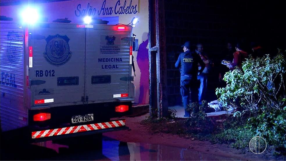 O crime aconteceu em frente a este salão, na Zona Norte de Natal. (Foto: InterTV Cabugi/Reprodução)