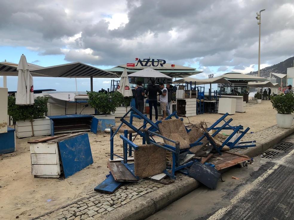 Parte do mobiliário de quiosque no Leblon ficou destruída — Foto: Carlos Brito / G1