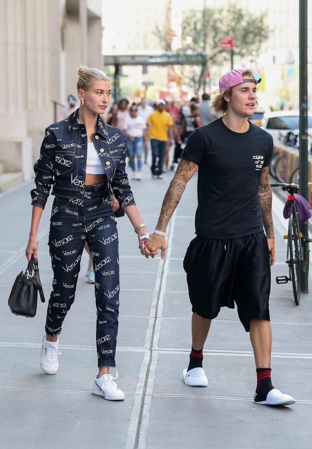 Hailey Baldwin e Justin Bieber saem para jantar em Nova York (Foto: Backgrid)