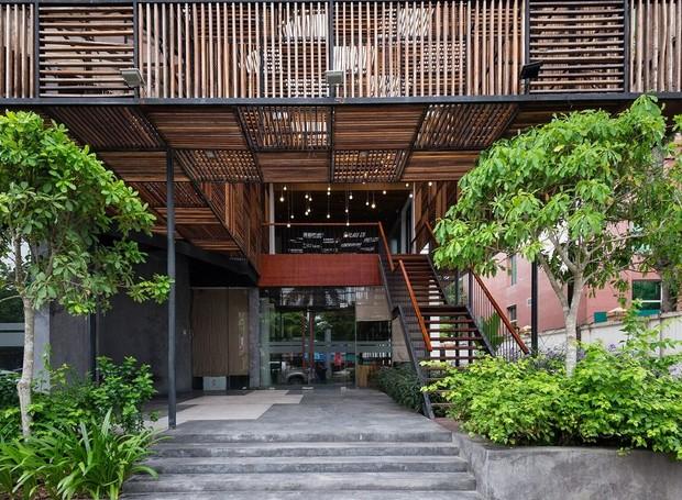 O verde se mistura com a madeira na entrada (Foto: Quang Dam/ Designboom/ Reprodução)
