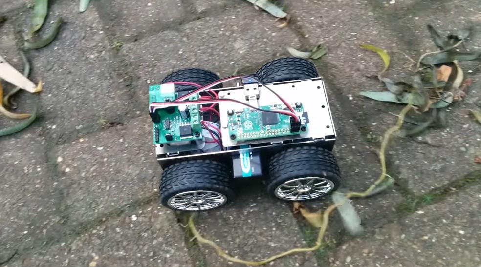 Kits para montagem de robôs e drones podem ser comprados da Internet com todos os componentes que você precisa — Foto: Reprodução/Youtube