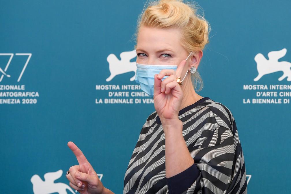 A presidente do júri do 77º Festival de Cinema de Veneza, a atriz australiana-americana Cate Blanchett, posa de máscara durante o festival — Foto: TIZIANA FABI / AFP