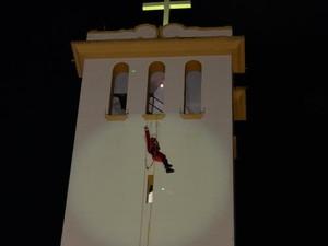 Papai Noel fez rapel da torre de igreja (Foto: Divulgação/Edmundo Junior)
