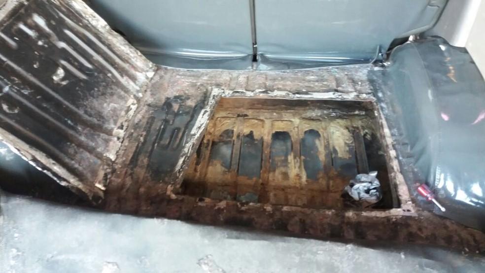 Tijolos de crack e cocaína estavam escondidos em fundo falso de caminhonete (Foto: Polícia Rodoviária/Divulgação)