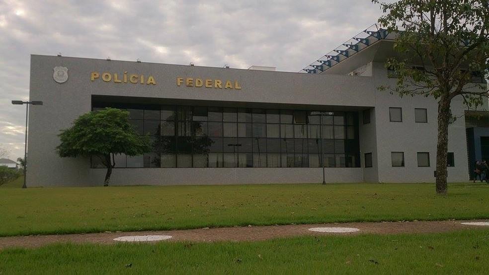 Policiais suspeitos de desvio de conduta são lotados na Delegacia da PF em Foz do Iguaçu; eles foram afastados das funções operacionais até o fim das investigações — Foto: Giovani Zanardi / RPC