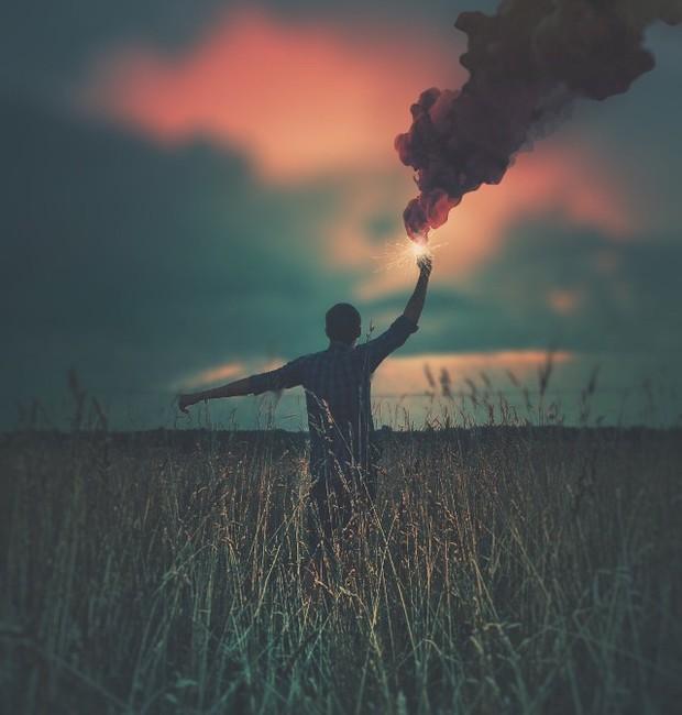 O pôr do sol fica ainda mais belo com a bomba de fumaça na foto (Foto: Pinterest/ Reprodução)