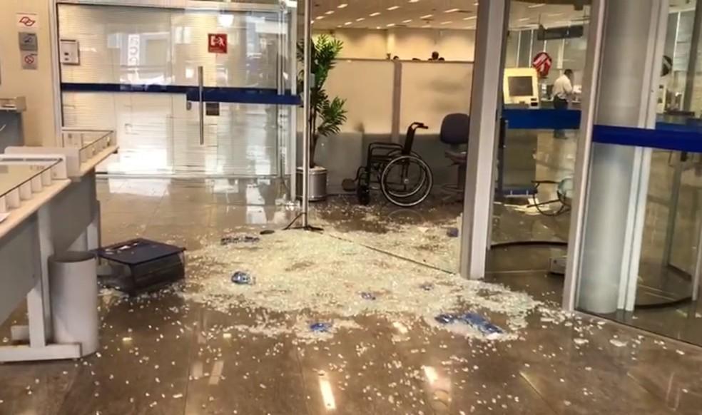 Agência da Caixa foi alvo de criminosos na tarde desta quinta-feira (27) em Guariba, SP — Foto: Murilo Badessa/EPTV
