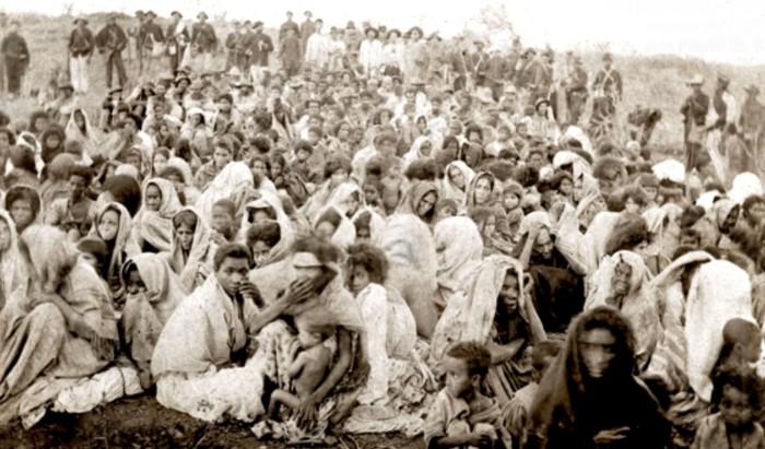 Moradores de Canudos rendidos após fim de confronto, em 1897