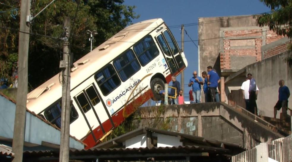 Ônibus caiu sobre casa na madrugada desta segunda em São Carlos (Foto: Reprodução/EPTV)