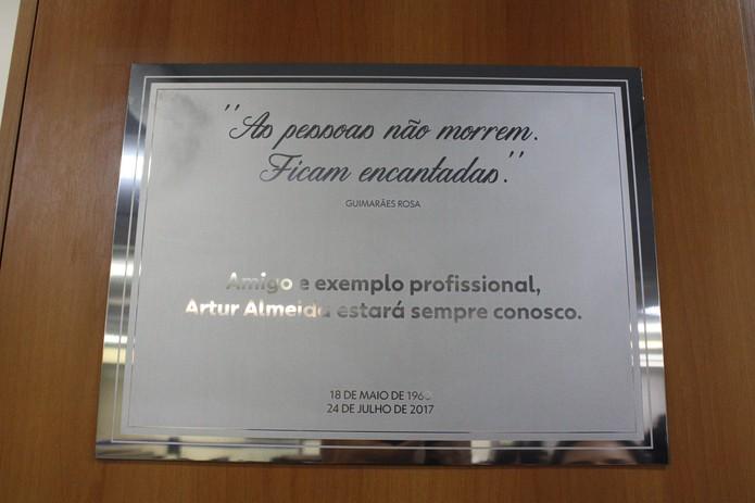 Placa na redação da Globo em Belo Horizonte homenageia o jornalista Artur Almeida (Foto: Eliana Prudente/TV Globo)