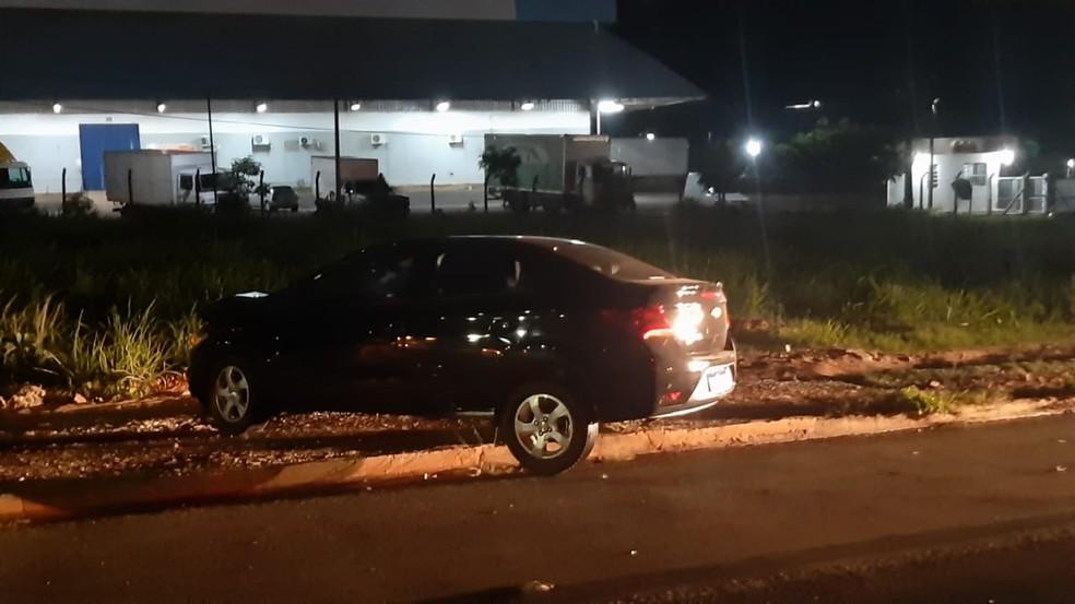Carro subiu meio-fio após acidente — Foto: Igor Pires/TV Anhanguera