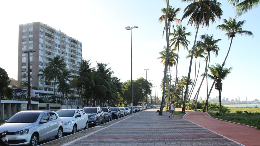 Prédio João Marques de Almeida, no Cabo Branco, foi construído antes da lei que proíbe prédios de mais de três andares em João Pessoa (Foto: Krystine Carneiro/G1)