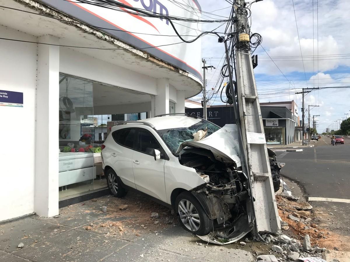 Carro bate em poste e invade loja na avenida Ville Roy, no Centro de Boa Vista