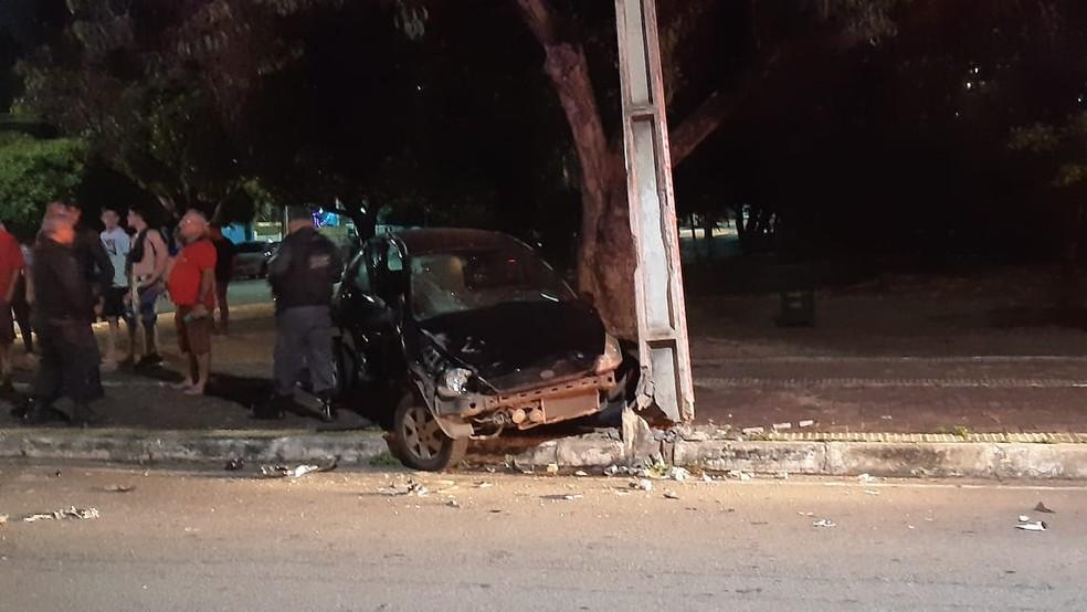 Ka atingido chegou a danificar poste. Vítima foi atendida pelo Samu e teve ferimentos leves — Foto: Sérgio Henrique Santos/Inter TV Cabugi