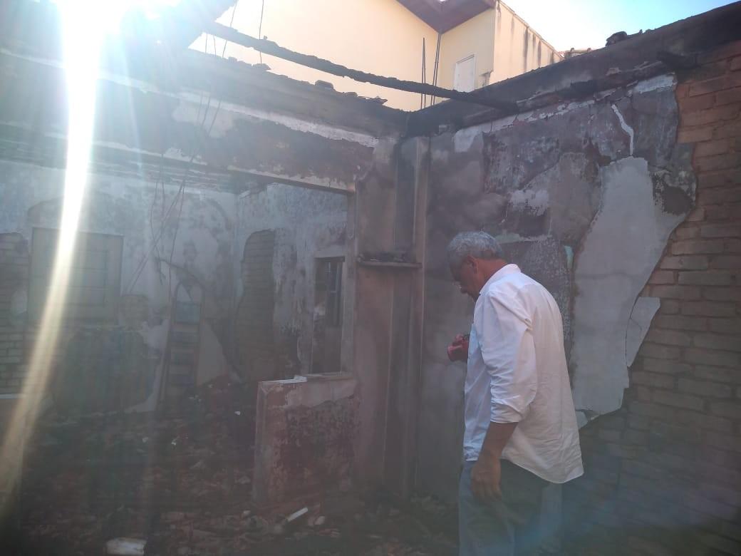 Telhado desaba após casa pegar fogo em Guaratinguetá, SP - Notícias - Plantão Diário