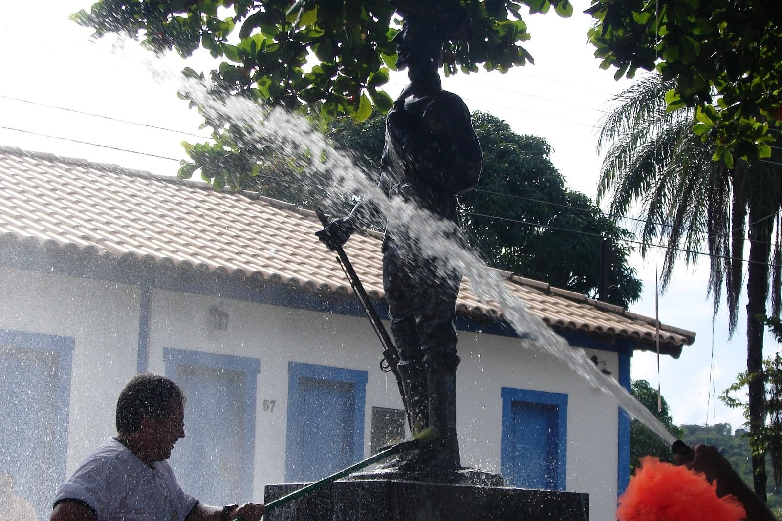 Tradicional 'Lavagem do Bandeirante' é atração no carnaval de rua em Pitangui - Noticias