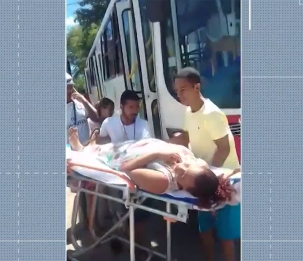 Mãe e criança foram levadas de ônibus para unidade de saúde na região metropolitana de Salvador, após o parto — Foto: Reprodução/TV Bahia