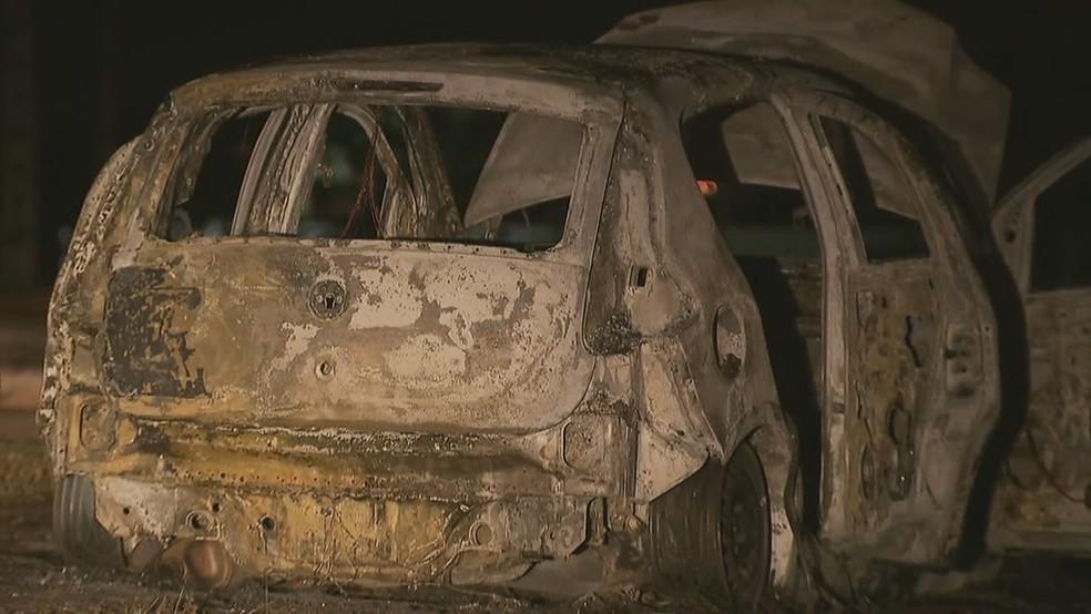 Carro incendiado usado em assalto no Buriti (Foto: Reprodução/TV Globo)