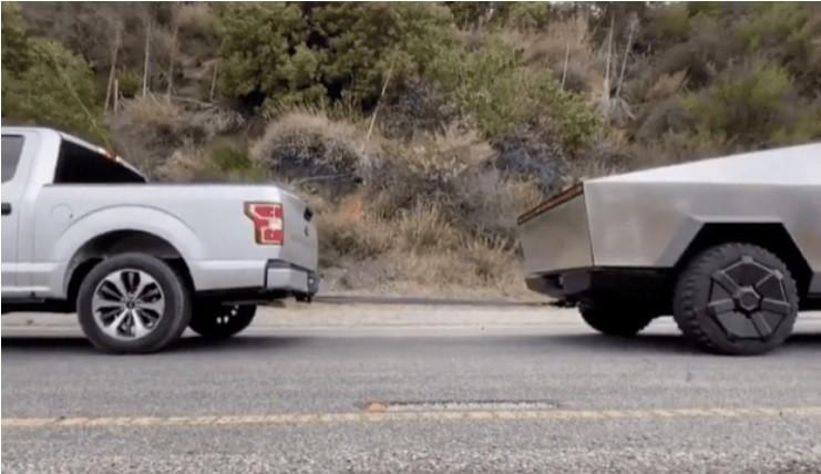 """Elon Musk divulgou vídeo com um """"cabo-de-guerra"""" entre o Tesla Cybetruck e o Ford F-150 (Foto: Reprodução/Twitter)"""