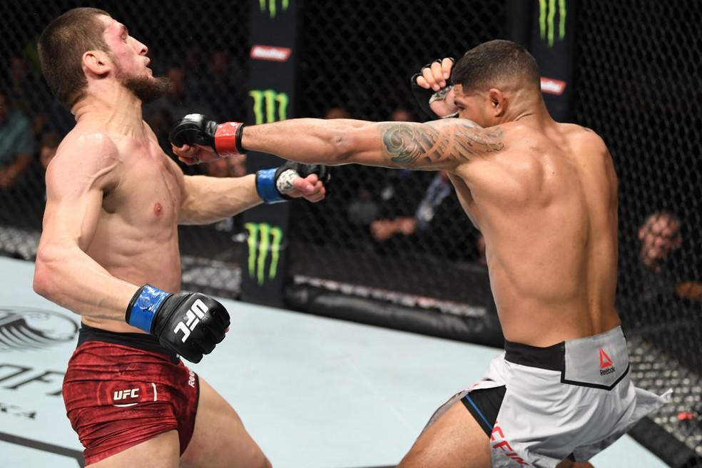Max Griffin acerta um golpe em sua vitória sobre Zelim Imadaev no UFC 236 â?? Foto: Getty Images