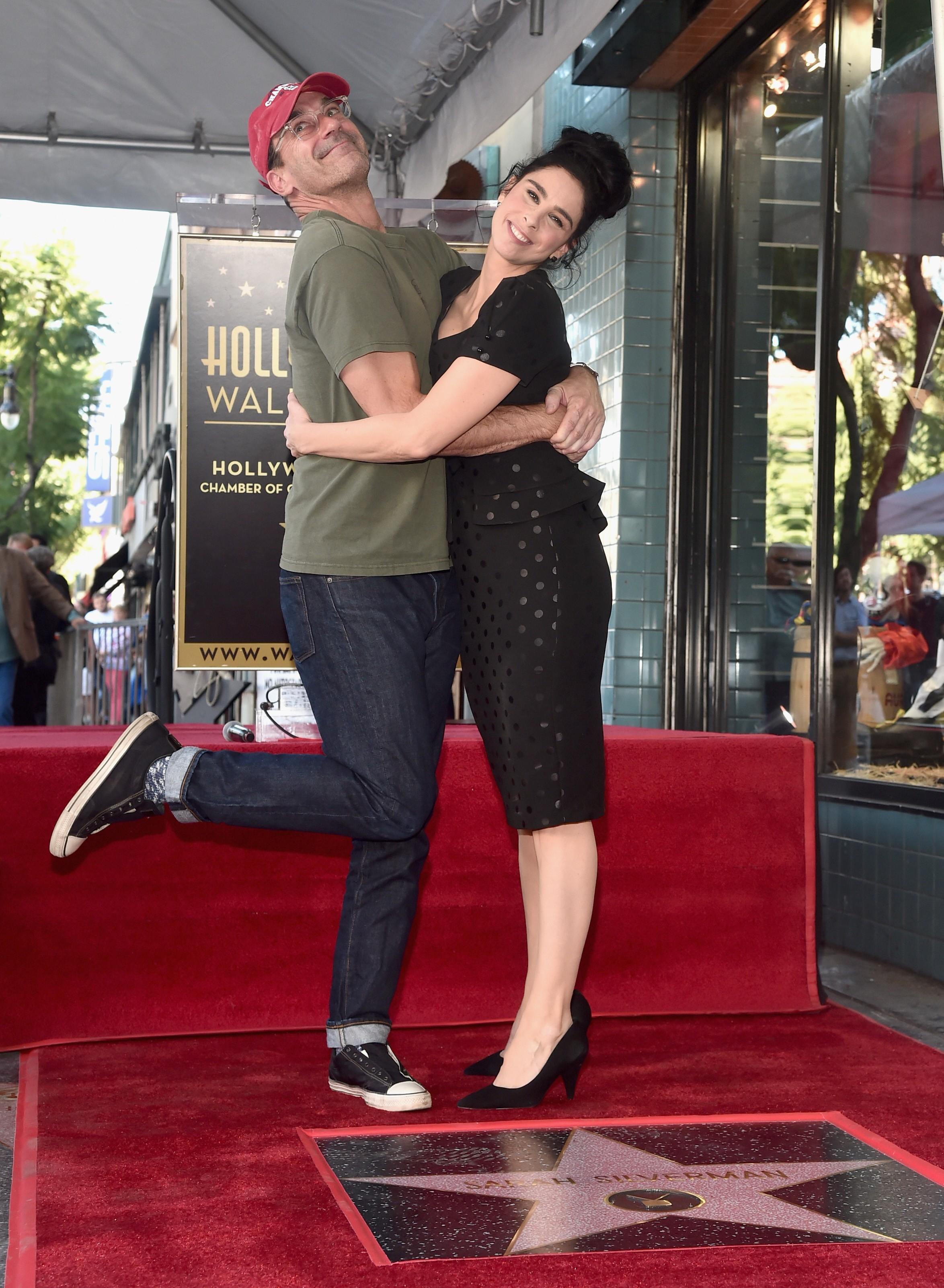 O ator Jon Hamm e a atriz Sarah Silverman na cerimônia de inauguração da estrela da atriz na Calçada da Fama de Hollywood (Foto: Getty Images)