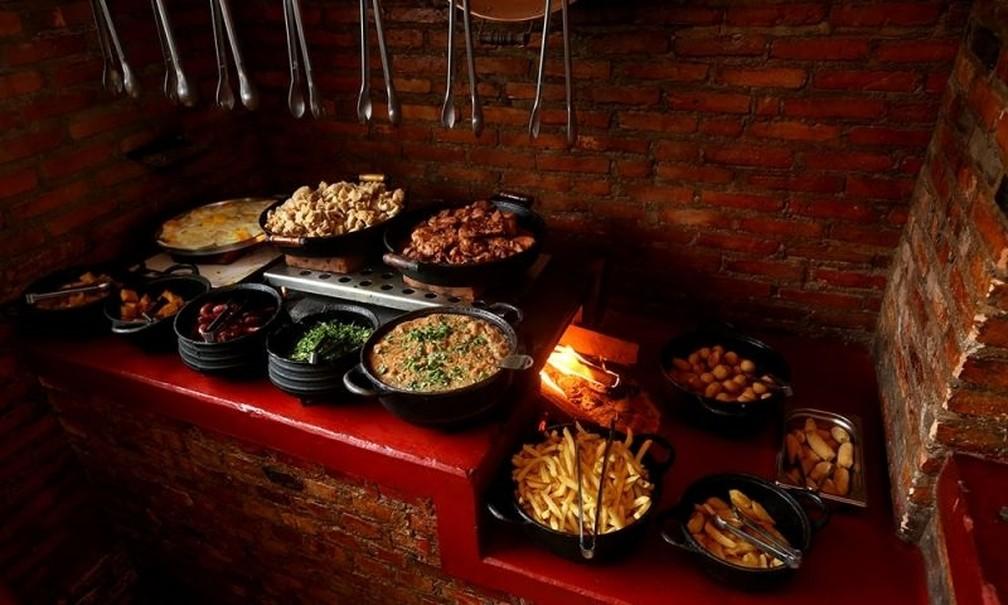 bd8ba2894d ... principais Torresmo, tutu de feijão, banana frita, couve refogada e  linguiça são os principais