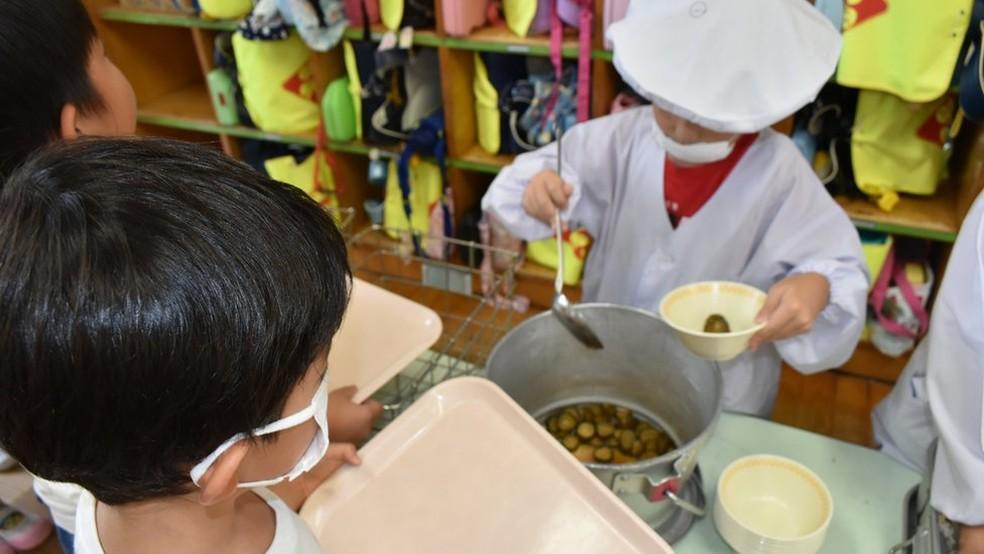 Kit de materiais que pais devem providenciar para alunos japoneses inclui máscara para cirúrgica que eles usam quando servem a comida dos colegas — Foto: Fatima Kamata/BBC News Brasil