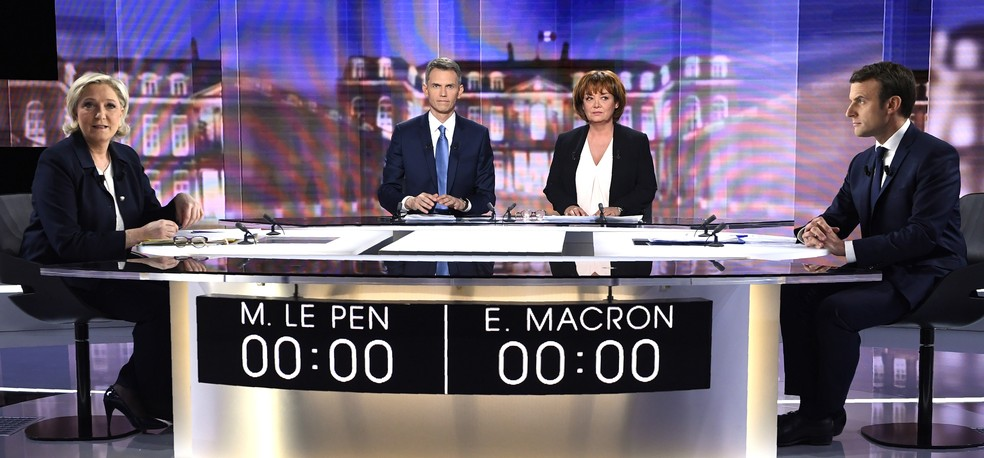 Os candidatos presidenciais na França Marine Le Pen e Emmanuel Macron se enfrentam em último debate nesta quarta-feira (3) (Foto: Eric FEFERBERG / POOL / AFP )