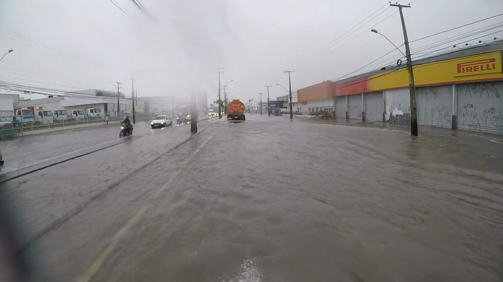 RECIFE, 7h: Avenida Marechal Mascarenhas de Morais, no bairro da Imbiribeira, na Zona Sul, fica alagada — Foto: Reprodução/TV Globo