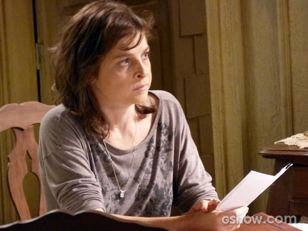 Em 'Império' Cora (Drica Moraes) imita a letra da irmã e escreve carta reveladora para Cristina (Leandra Leal) — Foto: Globo