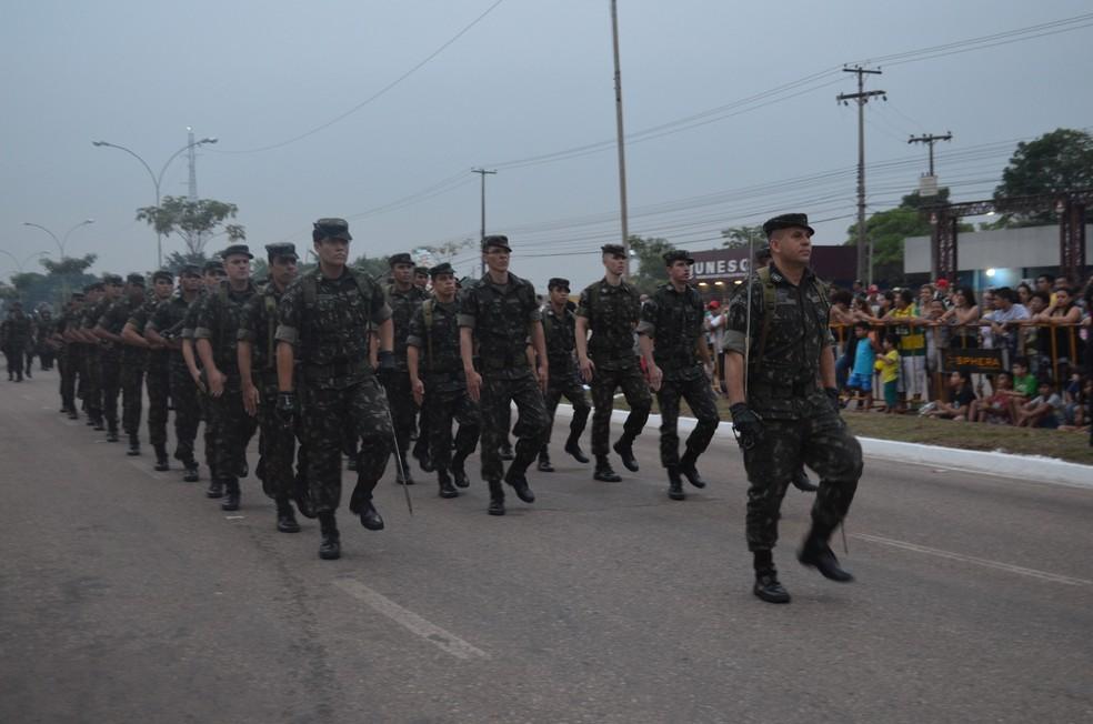 Desfile militar durante o ato cívico pelo 7 de Setembro em Porto Velho (Foto: Toni Francis/G1)